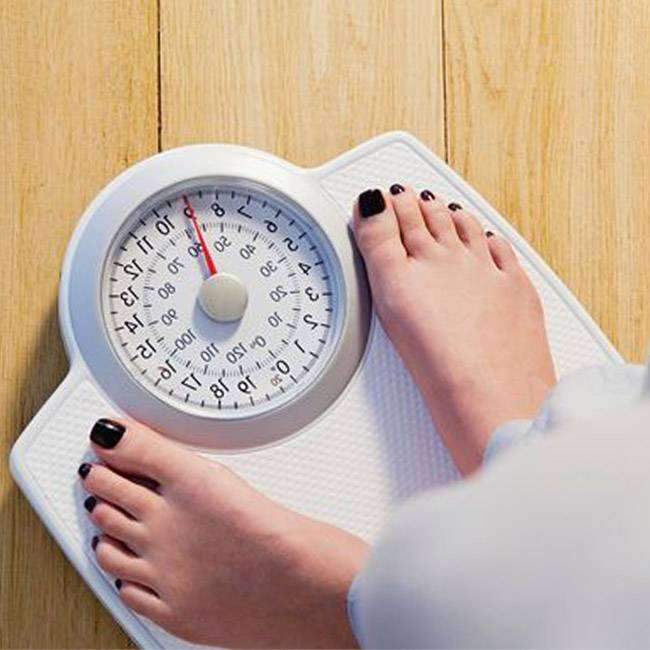 1_Woman-standing-on-weight-scales EXERCÍCIOS LEVES PARA DIETA PERDER PESO – SEMANA 4