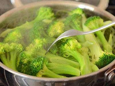 Steam-Broccoli-with-steamer-basket Salada com Molho de Iogurte