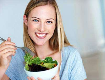 Healthy-woman-eating-salad_pakdls Suco Detox Para Secar