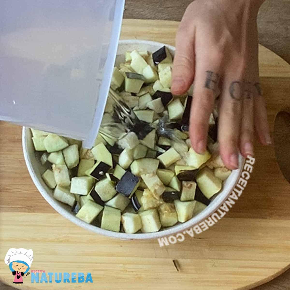 colocando-a-berinjela-picada-dentro-de-um-recipiente-e-cobrindo-com-agua Caponata de Berinjela